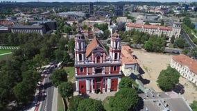 Vilna, Lituania - 13 de agosto de 2018: Paisaje urbano de Vilna con el cuadrado de Lukiskes y la iglesia de St Philip y de St Jac metrajes