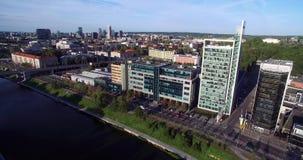 VILNA, LITUANIA - 6 DE AGOSTO DE 2018: Triángulo del negocio de Vilna con el río Neris In Foreground almacen de video