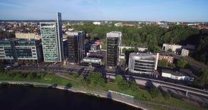 VILNA, LITUANIA - 6 DE AGOSTO DE 2018: Triángulo del negocio de Vilna con el río Neris In Foreground almacen de metraje de vídeo