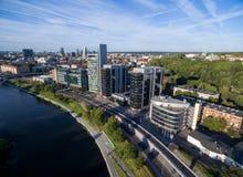 VILNA, LITUANIA - 6 DE AGOSTO DE 2018: Triángulo del negocio de Vilna con el río Neris In Foreground imagenes de archivo