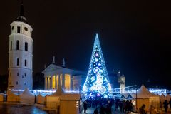 Vilna, Lituania - 2 de diciembre de 2018: Mercado del árbol de navidad y de la Navidad en el cuadrado de la catedral en Vilna, Li imágenes de archivo libres de regalías