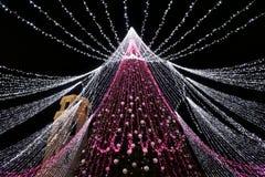 VILNA, LITUANIA - 2 de diciembre: vista del árbol de navidad en Vilna el 2 de diciembre de 2017 en Vilna Lituania En 1994 el Vil Imagen de archivo libre de regalías