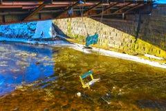 Vilna, Lituania - 6 de enero de 2017: Río que fluye más allá del distrito de Uzupis, una vecindad de Vilnele en Vilna, Lituania foto de archivo libre de regalías