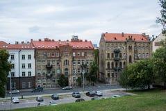 VILNA, LITUANIA - 12 DE JULIO DE 2015: Casas y estacionamiento en Vilna Imagen de archivo