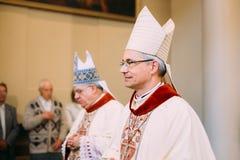 Vilna, Lituania - 6 de julio de 2016: Procesión en la basílica de la catedral de santos Imagenes de archivo