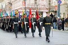 VILNA, LITUANIA - 11 DE MARZO DE 2015: Desfile festivo como Lituania marcó el 25to aniversario de su restauración de la independe Imágenes de archivo libres de regalías