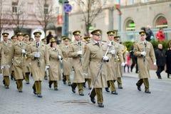 VILNA, LITUANIA - 11 DE MARZO DE 2015: Desfile festivo como Lituania marcó el 25to aniversario de su restauración de la independe Foto de archivo