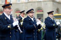 VILNA, LITUANIA - 11 DE MARZO DE 2015: Desfile festivo como Lituania marcó el 25to aniversario de su restauración de la independe Fotos de archivo