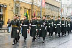 VILNA, LITUANIA - 11 DE MARZO DE 2017: Desfile festivo como Lituania marcó el 27mo aniversario de su restauración de la independe Imagenes de archivo