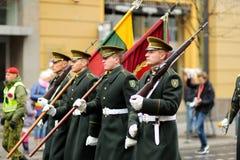 VILNA, LITUANIA - 11 DE MARZO DE 2017: Desfile festivo como Lituania marcó el 27mo aniversario de su restauración de la independe Imágenes de archivo libres de regalías
