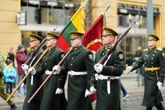 VILNA, LITUANIA - 11 DE MARZO DE 2017: Desfile festivo como Lituania marcó el 27mo aniversario de su restauración de la independe Imagen de archivo