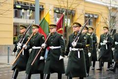 VILNA, LITUANIA - 11 DE MARZO DE 2017: Desfile festivo como Lituania marcó el 27mo aniversario de su restauración de la independe Fotografía de archivo