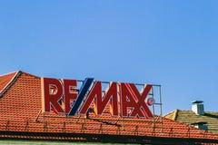 Vilna, Lituania - 10 de mayo de 2018: Muestra de REMAX en el tejado del edificio Remax es propiedades inmobiliarias de American I imagen de archivo