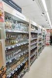 VILNA, LITUANIA - 10 DE NOVIEMBRE DE 2016: Maxima Shop Mall en Lituania Una de las tiendas más populares de Lituania Alcohol Fotografía de archivo libre de regalías