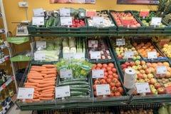 VILNA, LITUANIA - 10 DE NOVIEMBRE DE 2016: Maxima Shop Mall en Lituania Una de las tiendas más populares de Lituania Frutas Foto de archivo libre de regalías