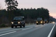 VILNA, LITUANIA - 11 DE NOVIEMBRE DE 2017: Impulsiones lituanas del convoy del ejército en la carretera Fotografía de archivo