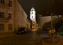 Vilna, Lituania - 7 de noviembre de 2017: Opinión de la noche de la ciudad vieja en Vilna el 7 de noviembre de 2017 Ciudad vieja  Foto de archivo libre de regalías