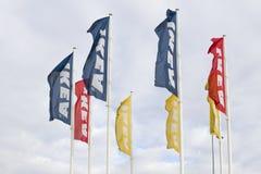 VILNA, Lituania - 18 de septiembre de 2016: Banderas de IKEA contra el cielo en la tienda de Ikea son los muebles más grandes del Foto de archivo libre de regalías