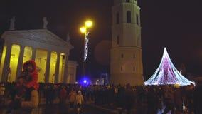 Vilna, Lituania - el árbol de navidad y adornado la ciudad de Vilna, gente celebra el principio de Chr almacen de metraje de vídeo