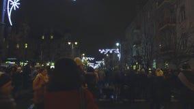 Vilna, Lituania - el árbol de navidad y adornado la ciudad de Vilna, gente celebra el principio de Chr metrajes