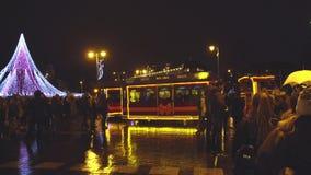 Vilna, Lituania - el árbol de navidad y adornado la ciudad de Vilna, gente celebra el principio de Chr almacen de video