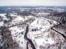 Vilna, Lituania: la vista superior aérea del río de Vilnele y Belmontas parquean en invierno Imágenes de archivo libres de regalías