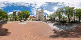 VILNA, LITUANIA - MAYO DE 2019: El panorama incons?til esf?rico completo 360 grados pesca con ca?a en cuadrado central de la ciud fotografía de archivo