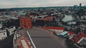 Vilna, Lituania, visión aérea sobre torre del castillo de Gediminas metrajes