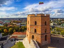 Vilna, Lituania: vista superior aérea de la parte superior o del castillo de Gediminas Imagenes de archivo