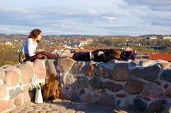 Vilnius  Λιθουανία, 04/30/2017, δύο κορίτσια που στηρίζεται πάνω από έναν λόφο επάνω από την πόλη Β στοκ εικόνα