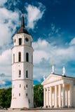 Vilnius Λιθουανία Πύργος κουδουνιών και βασιλική καθεδρικών ναών του ST Stanislaus και του ST Vladislav στο τετράγωνο καθεδρικών  Στοκ Φωτογραφία
