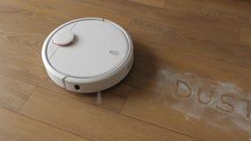 Vilnius, Λιθουανία, στις 21 Μαρτίου 2018 Τοπ άποψη σχετικά με μια ρομποτική ηλεκτρική σκούπα καθαρή σε ένα καφετί πάτωμα φιλμ μικρού μήκους