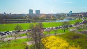 Vilnius, Λιθουανία - τον Απρίλιο του 2018 circa: Άνθισμα ιαπωνικού Sakura στις όχθεις του ποταμού Neris, πανοραμικό χρόνος-σφάλμα απόθεμα βίντεο