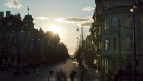 Vilnius, Λιθουανία - τον Απρίλιο του 2018 circa: Ηλιοβασίλεμα στη λεωφόρο Gediminas φιλμ μικρού μήκους