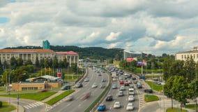 Vilnius, Λιθουανία - τον Αύγουστο του 2016 circa: Κυκλοφοριακή συμφόρηση βραδιού σε μια εθνική οδό πόλεων, χρόνος-σφάλμα απόθεμα βίντεο