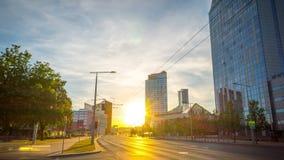 Vilnius, Λιθουανία - τον Ιούνιο του 2018 circa: Ηλιοβασίλεμα σε στο κέντρο της πόλης, χρόνος-σφάλμα απόθεμα βίντεο