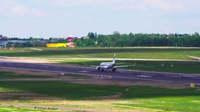 Vilnius, Λιθουανία - το Μάιο του 2018 circa: Το αεροπλάνο επιταχύνει και απογειώνεται φιλμ μικρού μήκους