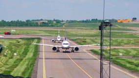 Vilnius, Λιθουανία - το Μάιο του 2018 circa: Το αεροπλάνο που μετακινείται με ταξί στο διάδρομο απόθεμα βίντεο