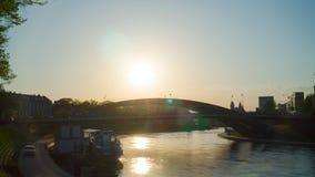 Vilnius, Λιθουανία - το Μάιο του 2018 circa: Γέφυρα του βασιλιά Mindaugas στο ηλιοβασίλεμα, χρόνος-σφάλμα απόθεμα βίντεο