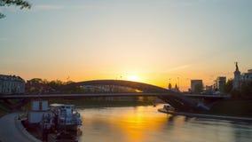 Vilnius, Λιθουανία - το Μάιο του 2018 circa: Γέφυρα του βασιλιά Mindaugas στο ηλιοβασίλεμα, χρόνος-σφάλμα φιλμ μικρού μήκους