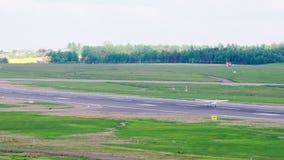Vilnius, Λιθουανία - το Μάιο του 2018 circa: Το μικρό αεροπλάνο προσγειώνεται και απογειώνεται αμέσως απόθεμα βίντεο