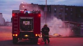 Vilnius, Λιθουανία - το Μάιο του 2018 circa: Οι πυροσβέστες εξαφανίζουν μια πυρκαγιά απόθεμα βίντεο