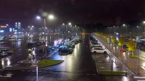 Vilnius, Λιθουανία - το Νοέμβριο του 2016 circa: Σταθμεύοντας κοντά σε ένα μεγάλο εμπορικό κέντρο, χρόνος-σφάλμα φιλμ μικρού μήκους