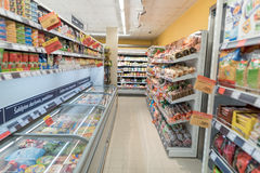 VILNIUS, ΛΙΘΟΥΑΝΙΑ - 10 ΝΟΕΜΒΡΊΟΥ 2016: Λεωφόρος καταστημάτων μεγίστων στη Λιθουανία Ένα από τα δημοφιλέστερα καταστήματα στη Λιθ Στοκ εικόνα με δικαίωμα ελεύθερης χρήσης