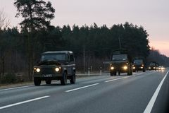 VILNIUS, ΛΙΘΟΥΑΝΙΑ - 11 ΝΟΕΜΒΡΊΟΥ 2017: Λιθουανικές κινήσεις συνοδειών στρατού στην εθνική οδό Στοκ Φωτογραφία