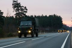 VILNIUS, ΛΙΘΟΥΑΝΙΑ - 11 ΝΟΕΜΒΡΊΟΥ 2017: Λιθουανικές κινήσεις συνοδειών στρατού στην εθνική οδό Στοκ Φωτογραφίες