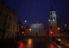 Vilnius - capital de Lituânia na noite fotografia de stock