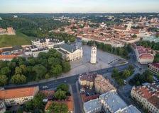 Vilnius Città Vecchia con il quadrato della cattedrale ed il castello di Gediminas nel fondo Campanile in priorità alta Fotografia Stock