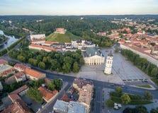 Vilnius Città Vecchia con il quadrato della cattedrale ed il castello di Gediminas nel fondo Campanile in priorità alta Fiume Ner Immagini Stock Libere da Diritti