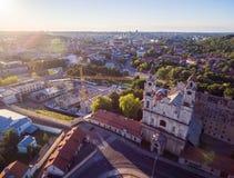 Vilnius Città Vecchia con la chiesa dell'ascensione e della Repubblica di Uzupis nel fondo fotografia stock libera da diritti